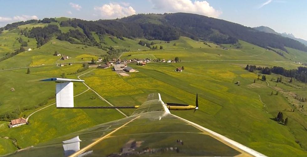 طلاب سويسريون يُطلقون طائرة شمسية