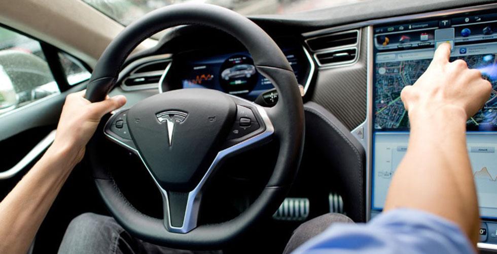 بالفيديو: Tesla  تركن نفسها