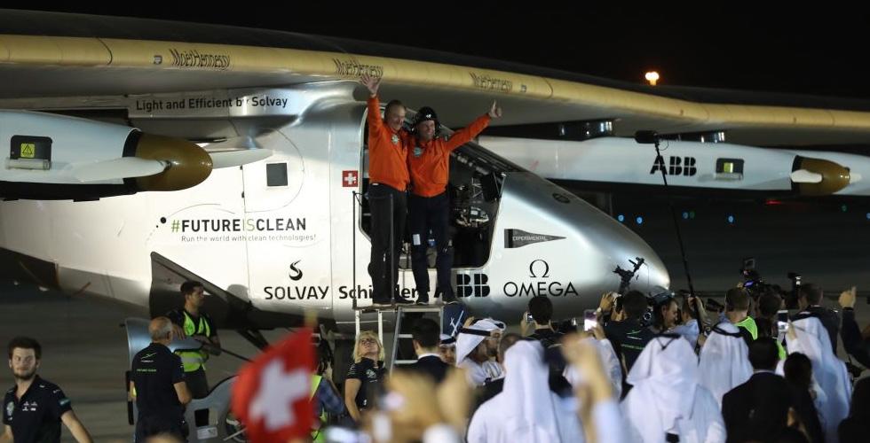 الشيخ سيف يتفقد الطائرة الشمسية