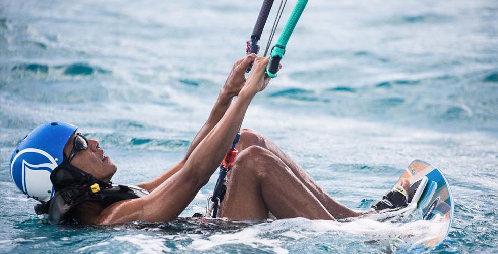 أوباما يعود طفلا متزلجا على الماء