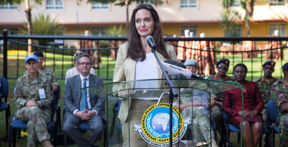 جولي تحتفل بطريقتها بيوم اللاجئين