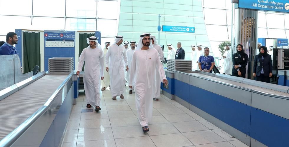 حاكم دبي في المطار مطمئنا