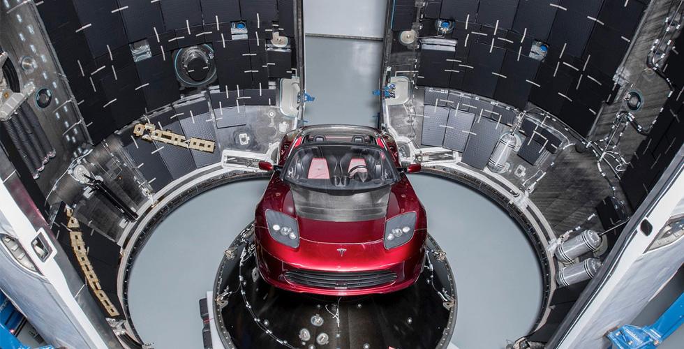 شاهدوا إيلون موسك يطلق سيّارته نحو الفضاء!
