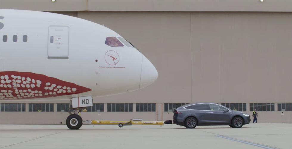 Model X  تجرّ طائرة Boeing