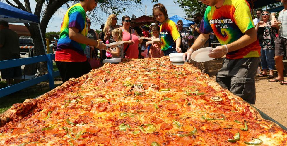إليكم أكبر بيتزا متاحة تجاريًا في العالم