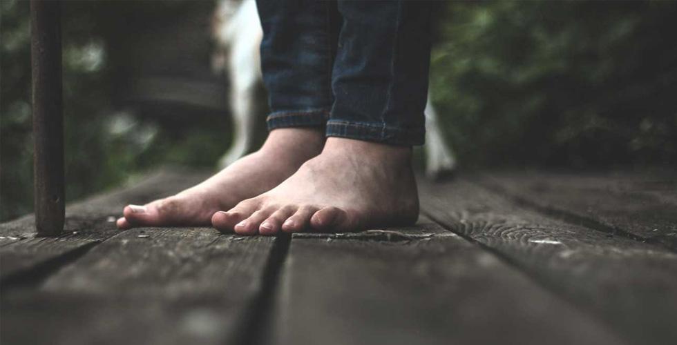 ما هي فوائد المشي حافي القدمين؟