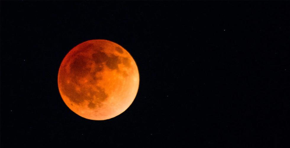 القمر الدموي يغزو العالم في خسوف استثنائي
