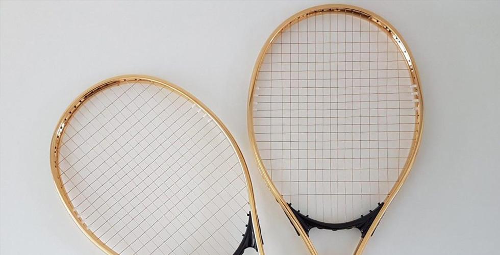 مضرب تنس مذهّب ب-١٥٠٠ دولار
