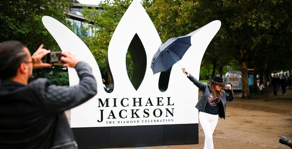 عيدٌ مميز لمايكل جاكسون في لندن برغم المطر