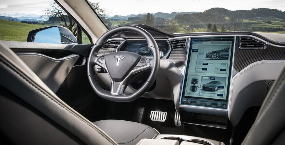 تسلا السبّاقة في عالم السيارات المستقبلية