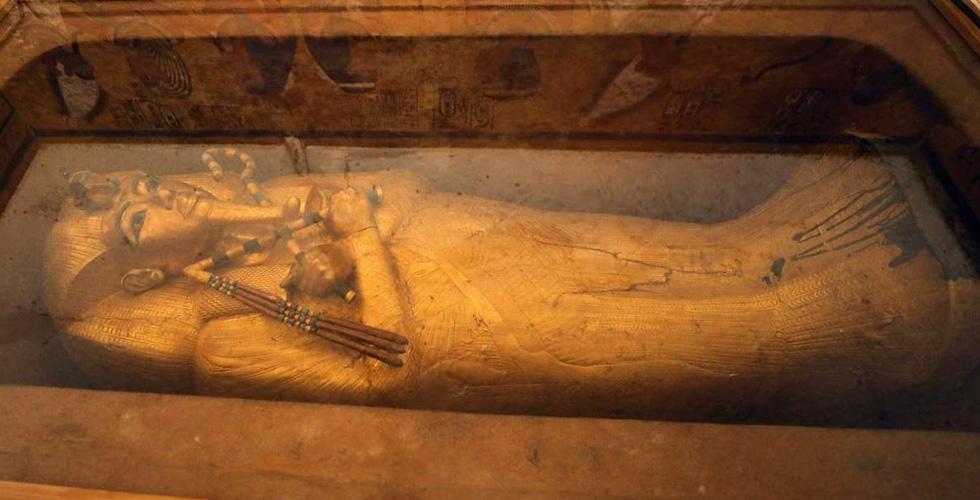 ترميمُ التابوت المذهب للملك توت عنخ آمون