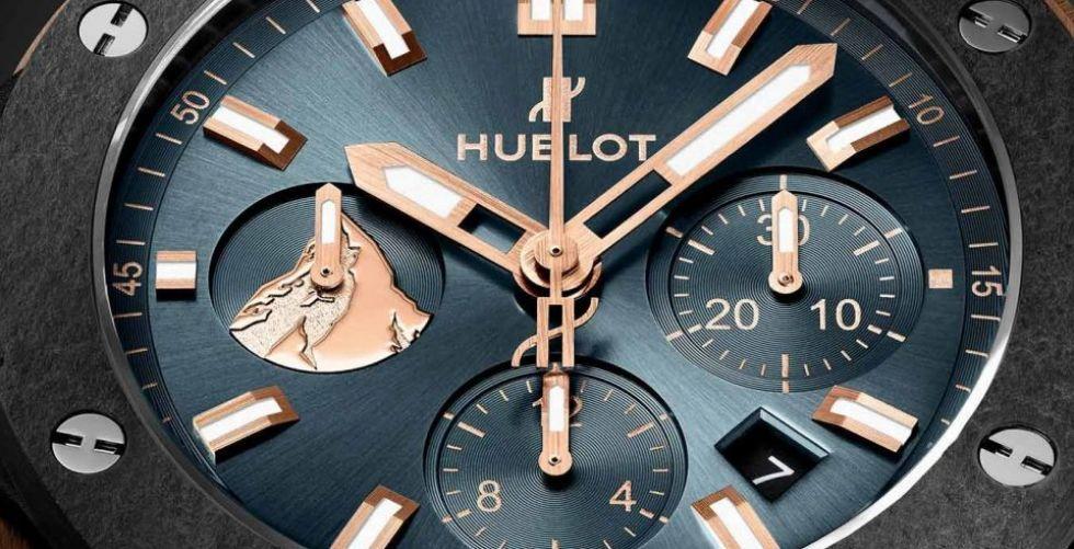 ساعة هوبلوت بموادّ طبيعيّة