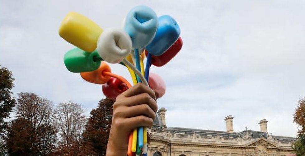 الفنان الأمريكي كونز يهدي باريس