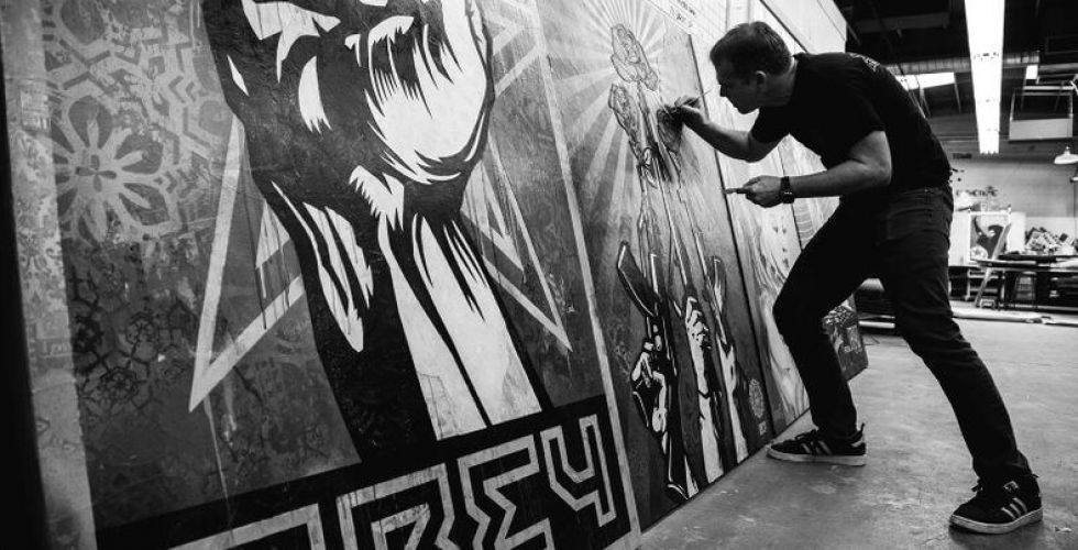 الفنان شيبرد فيري يكشف النقاب عن أولى لوحاته الجدارية