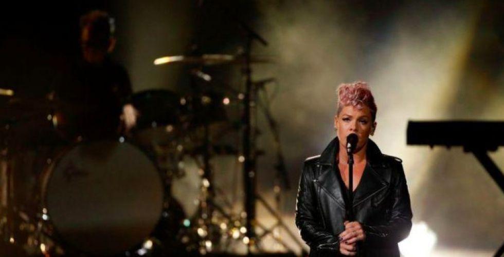 المغنية بينك تتعافى من كورونا وتتبرع بمليون دولار