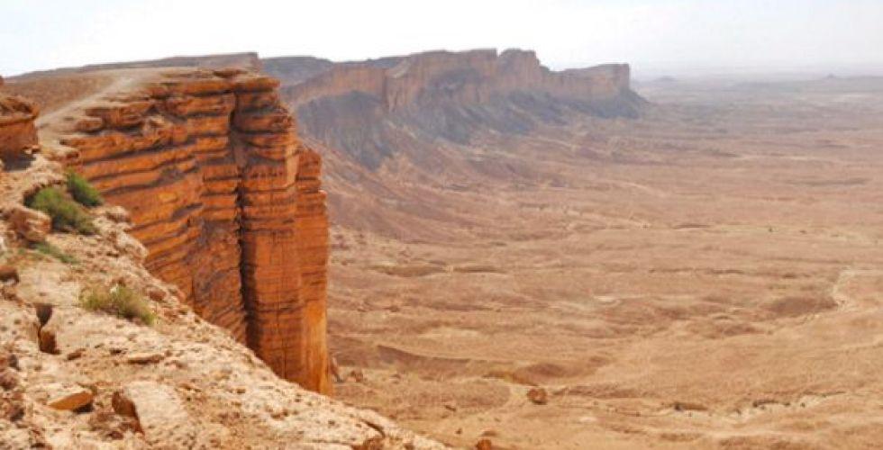 السعوديون يحتمون في الصحراء