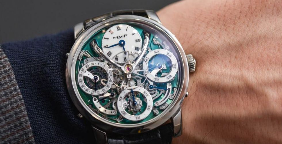 الساعة المتأرجحة بين اللونين الأزرق والأخضر