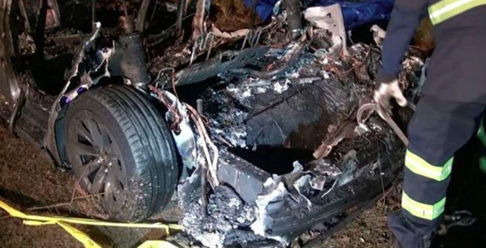تحقيقات في أسباب اصطدام سيارة تسلا ومقتل راكبيها