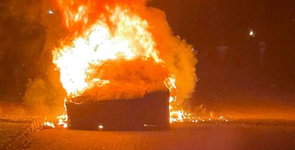 سيارة تسلا تحترق