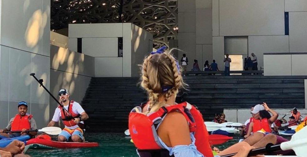جولة على قارب الكاياك في متحف اللوفر ابو ظبي