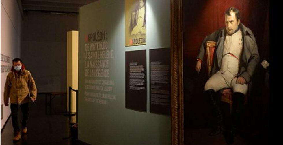 معرض لنابوليون في منفاه وانقسام في تقييمه
