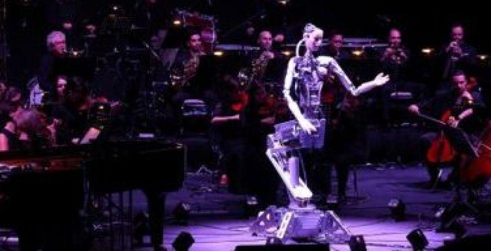 إنسان آلي يقود أوركسترا بشرية في الشارقة