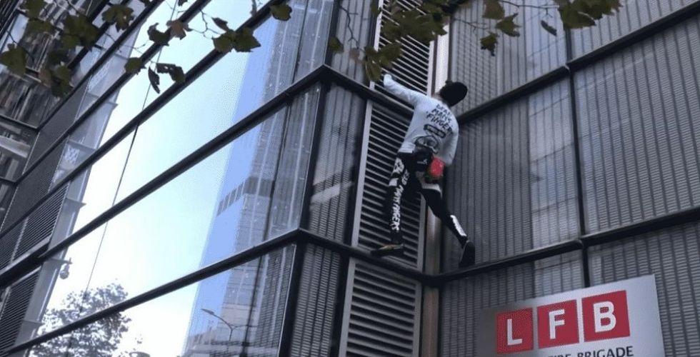 الرجل العنكبوت في قبضة الشرطة