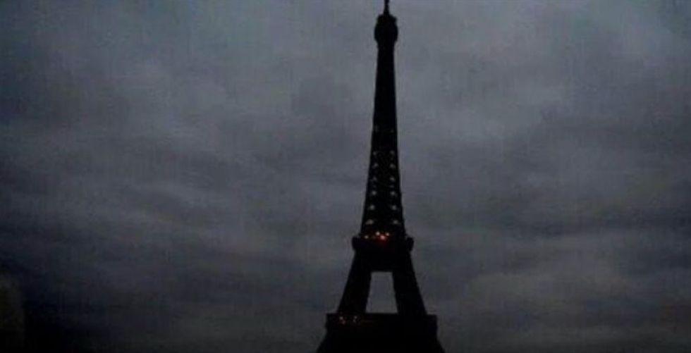 برج إيفل يطفئ أنواره في ساعة الأرض