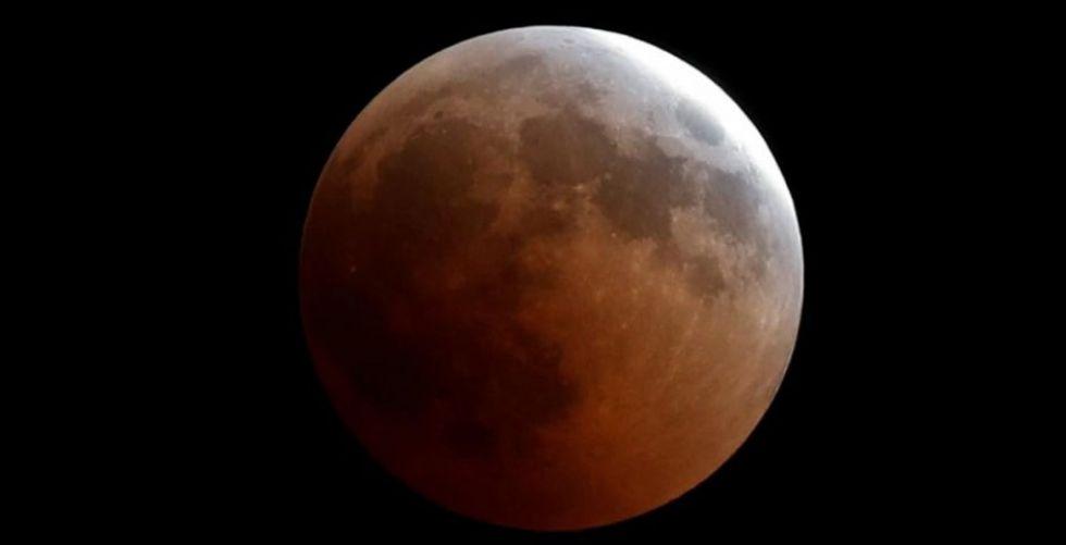 القمر الدموي يُبهر العالم في الخسوف الطويل