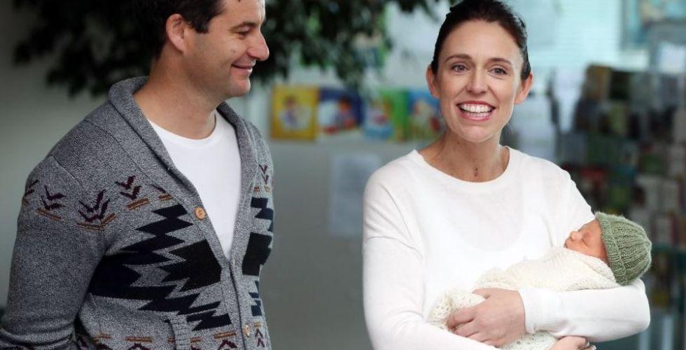 رئيسة وزراء نيوزيلندا تخطب وابنتها في عمر ال١٠شهور