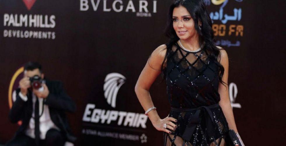 رانيا يوسف تعتذر عن فجور ملابسها