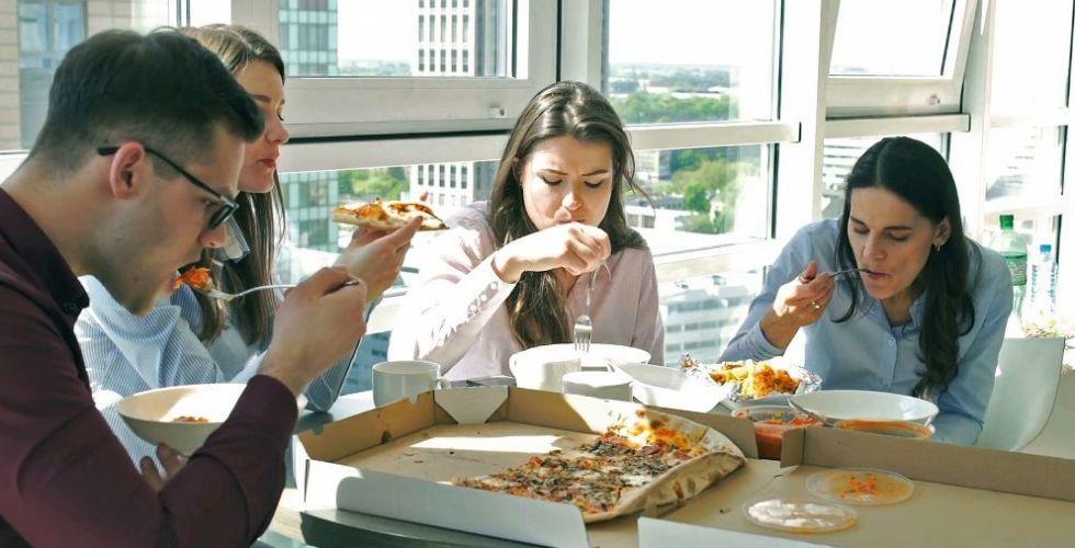 لماذا الأكل مضر في مكان العمل ؟