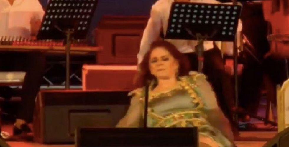 سقطت المطربة ميادة الحناوي على مسرح تونس وأكملت الغناء