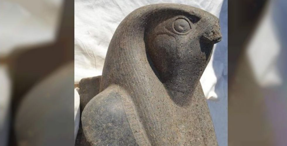 اكتشاف تمثال ضخم في معبد
