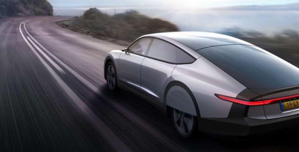 سيارة المستقبل تجمع الشمس والكهرباء