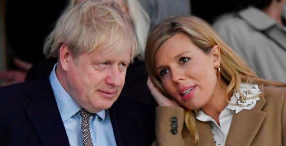 رئيس وزراء بريطانيا وخطيبته يحتفلان بقدوم صبي