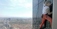 سبايدر مان يتسلق برج كيان في دبي
