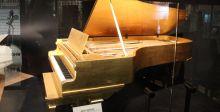 بيانو الفيس وطبل البيتلز في مزاد