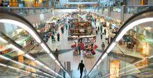 زوار مطار دبي يرحبون بحاكمها