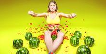 امرأة أوكرانية تسحق البطيخ  بفخذيها