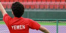 اليمني الحسن اسحاق يلعب التنس في قطر