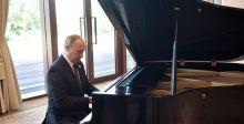بوتين يعزف على البيانو في الصين