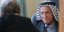 عجوز فلسطيني له ٣٦حفيدا يتابع علمه