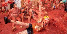 حرب الطماطم في ظل حراسة أمنية