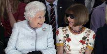 الملكة اليزابيت تفاجئ وتشارك في عرض أزياء