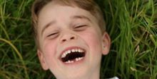 الأمير جورج ضاحكا في عيد ميلاده