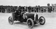 تاريخ أستون مارتن العريق في سباقات الجائزة الكبرى يجسد روح المنافسة العالية
