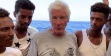 ماذا قال ريتشارد جير لمهاجرين معزولين في عرض البحر؟