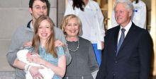بيل كلنتون وزوجته هيلاري مسروران بحفيدهما الجديد