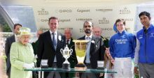 محمد بن راشد يتسلم جائزة الفوز التاريخي لفريق غودلفين من ملكة بريطانيا